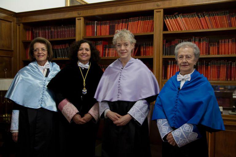La rectora de la UGR, Pilar Aranda (de negro), junto a Susan Tufts Fiske, María Josefa Yzuel y Aziza Bennani, nuevas doctoras Honoris Causa por la Universidad de Granada