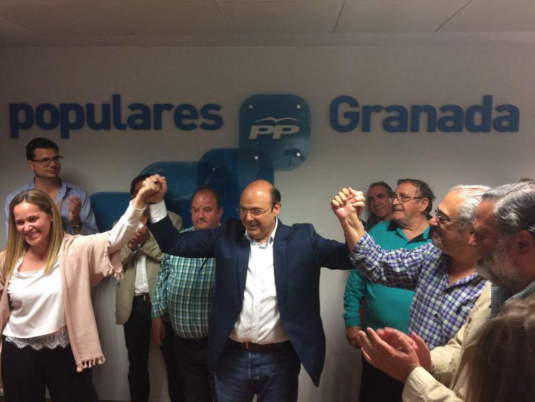 Sebastián Pérez, en el centro, celebra su victoria en las recientes elecciones primarias del PP de Granada