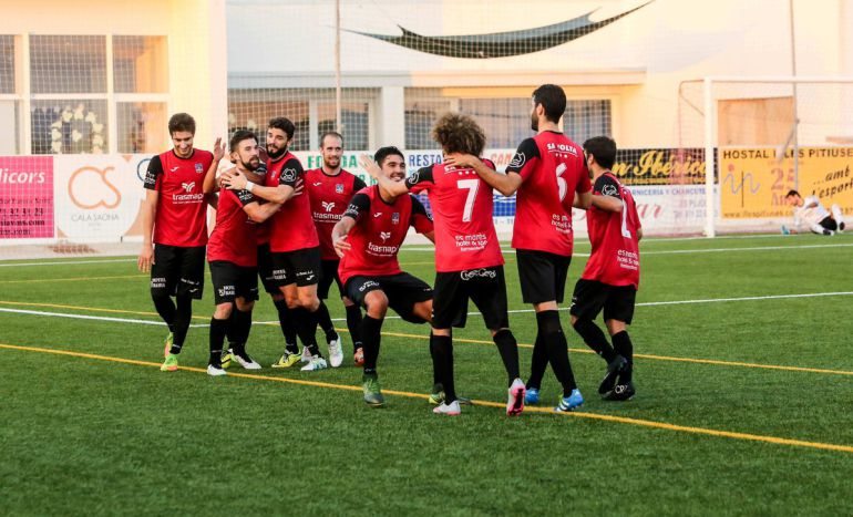 Los jugadores del Formentera celebrando un gol