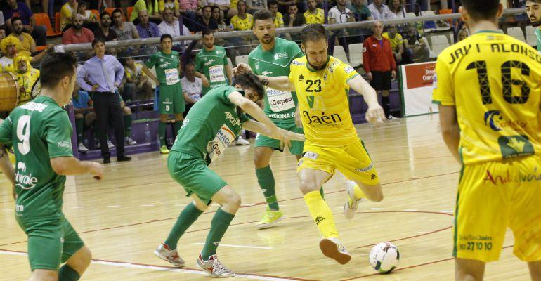Solano controla el balón frente a otro jugador del Magna Gurpea.