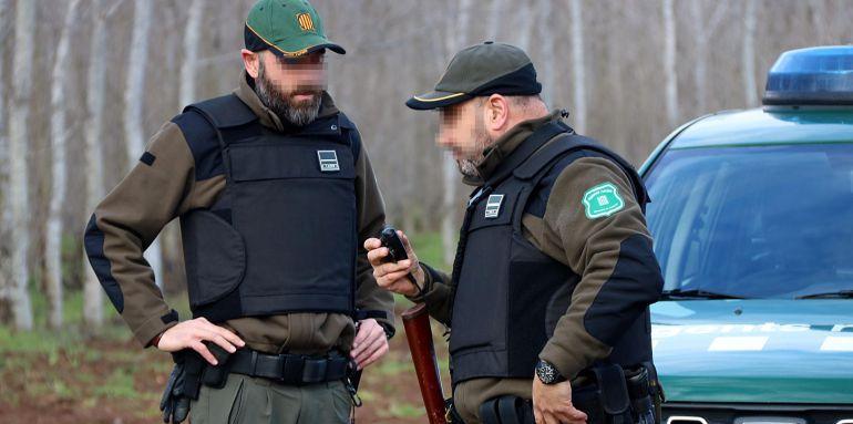 Dos agents rurals, equipats amb armilla antibales i una carrabina (28 de gener de 2016) La mesura es va establir com a provisional per la temporadada de caça, arran de l'assassinat de dos agents rurals el 21 de gener. (3 agents per inspecció rutinaria, amb una carrabina i armilles)