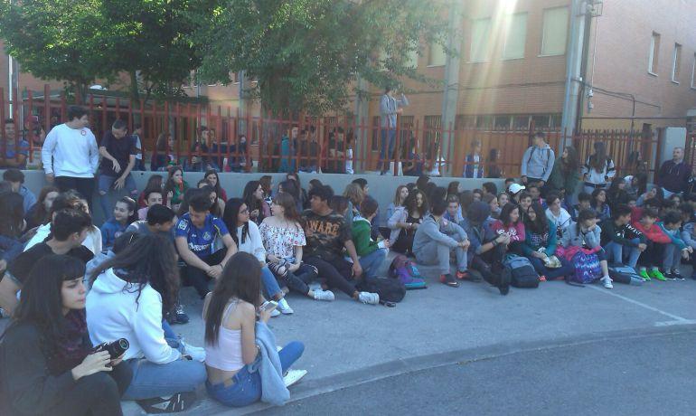 Sentada contra la evaluación externa de los estudiantes del instituto La Senda de Getafe, este viernes.