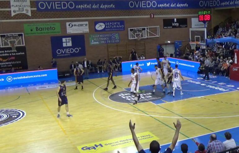 Momento de este primer partido de la serie en Oviedo