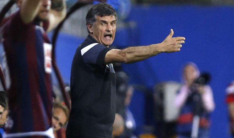 Mendilibar da indicaciones durante el partido contra el Sporting en Ipurua