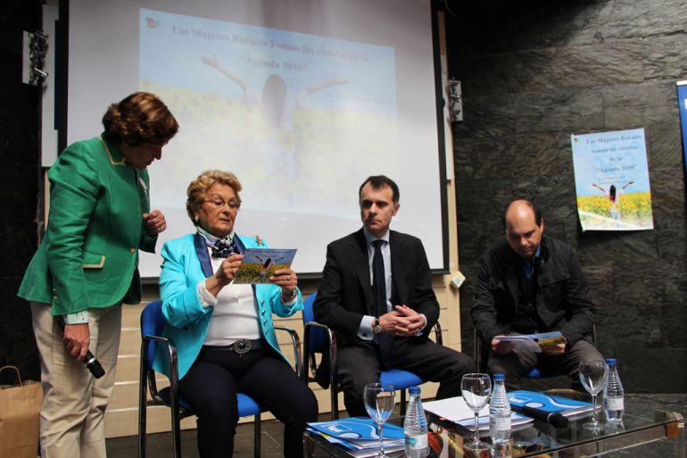 La presidenta de Femur, Juana Borrego, repasa el programa de la Jornada ante el secretario general de la Consejería de Presidencia.