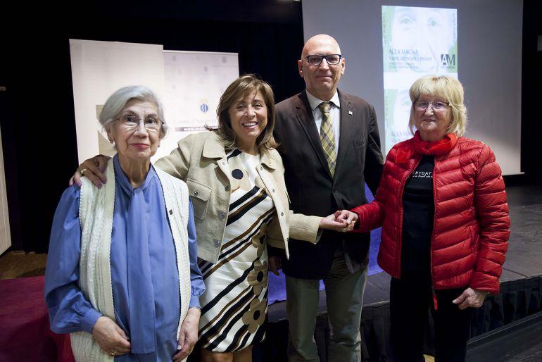 La cònsol major d'Andorra la Vella, Conxita Marsol, amb alguns dels participants de l'Aula Magna d'enguany en l'acte de lliurament dels diplomes celebrat ahir.