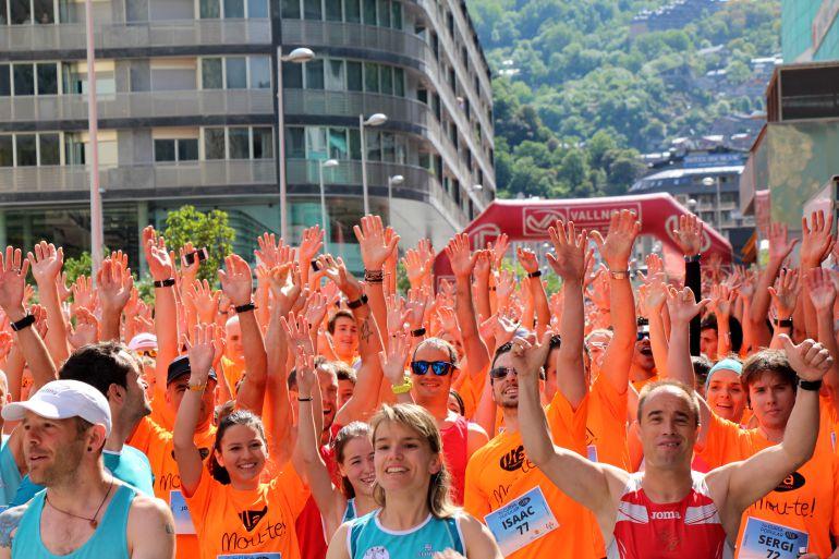 Sortida de la cursa popular del Dia de l'esport de l'any passat, amb alguns dels guanyadors de l'anterior edició en primera fila.
