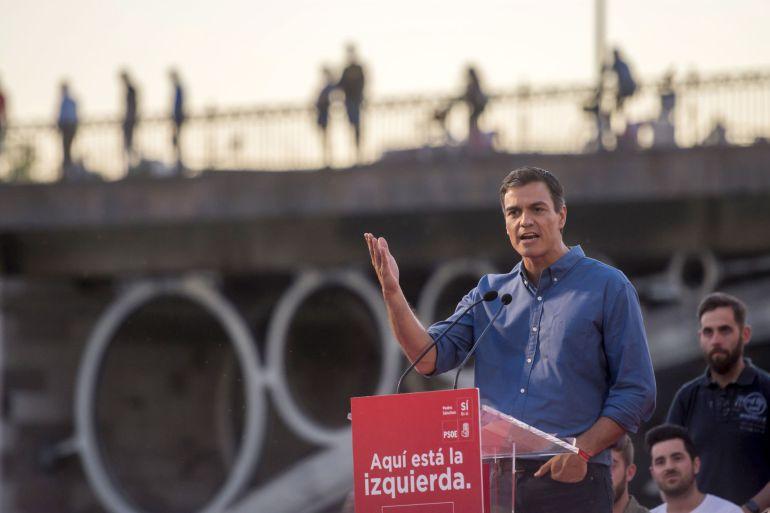 El candidato del PSOE a la Secretaría General del PSOE, Pedro Sánchez, durante su intervención en el acto de campaña de las primarias que tiene lugar en el Muelle de la Sal de Sevilla