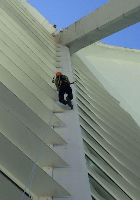 """La escaladora Rachel Pohl y el veterano escalador valenciano y coronador del Everest, Rafa Vidaurre, preparando la """"subida"""" al Hemisfèric"""
