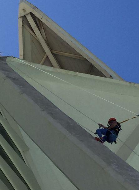 """La escaladora Rachel Pohl, preparando la """"subida"""" al Hemisfèric"""
