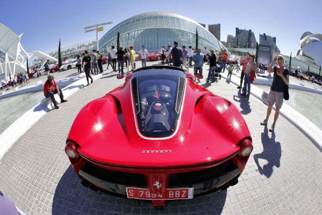 Ferrari conmemora su 70 aniversario con un desfile de coches en Valencia