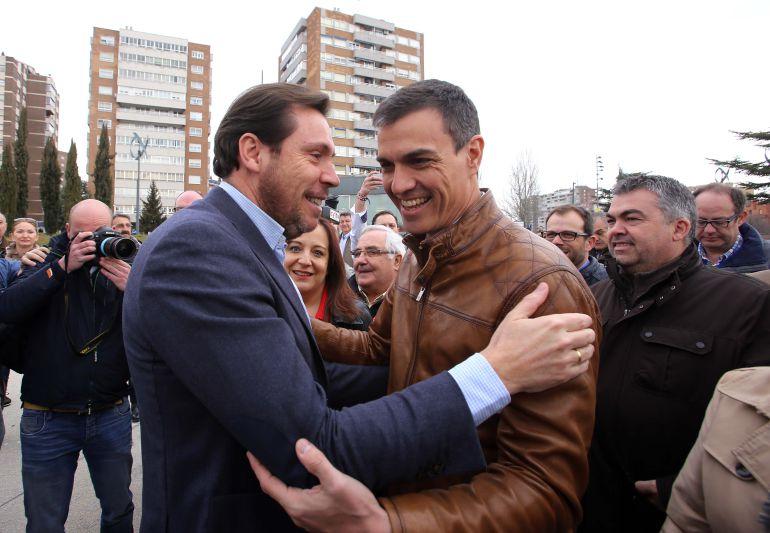 Óscar Puente y Pedro Sánchez se saludan en el acto celebrado en Valladolid en febrero