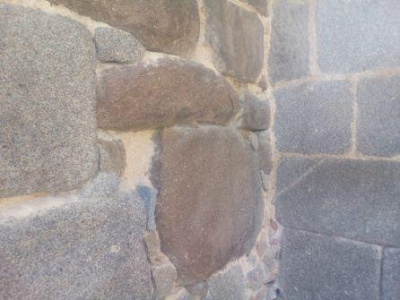 "Detenida por ""limpiar"" la Muralla de Ávila con un cuchillo"