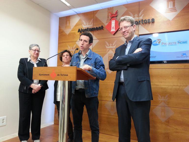 Al centre de la imatge, el director del Projecte Home a Catalunya, Oriol Esculies, explica els resultats del primer any i mig de presència a Tortosa.