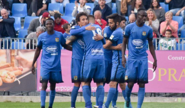 Los jugadores fuenlabreños celebran un gol en el Fernando Torres