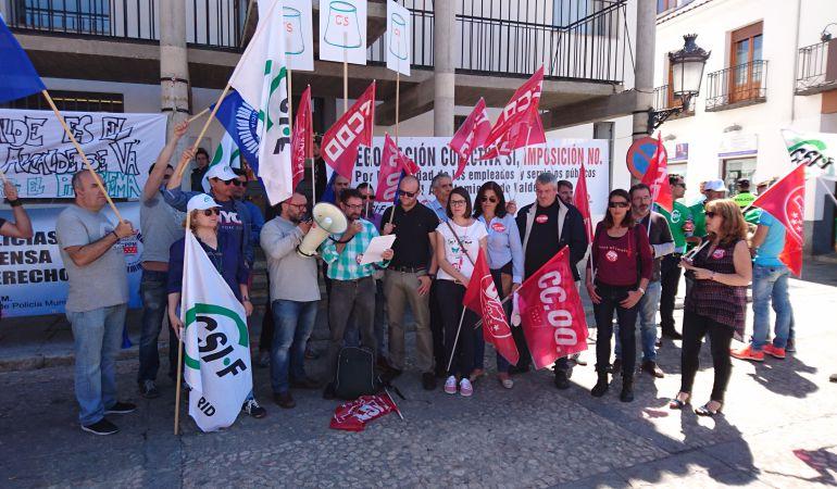 Los representantes sindicales leyendo su manifiesto frente al Ayuntamiento