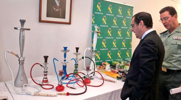 Las autoridades con el material incuatado en la provincia de Málaga