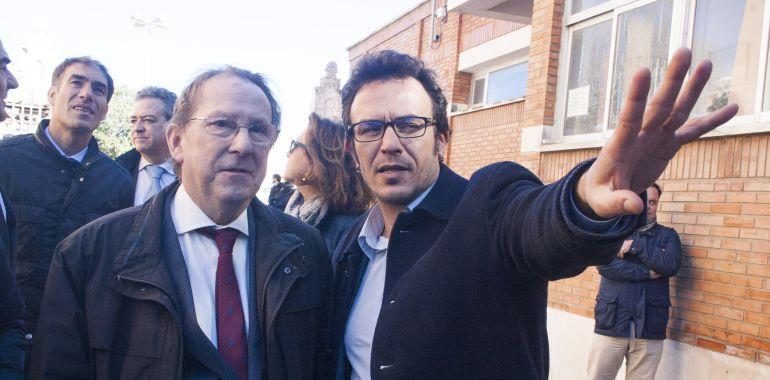 El consejero de Justicia y el alcalde de Cádiz, en su visita a los depósitos de tabaco