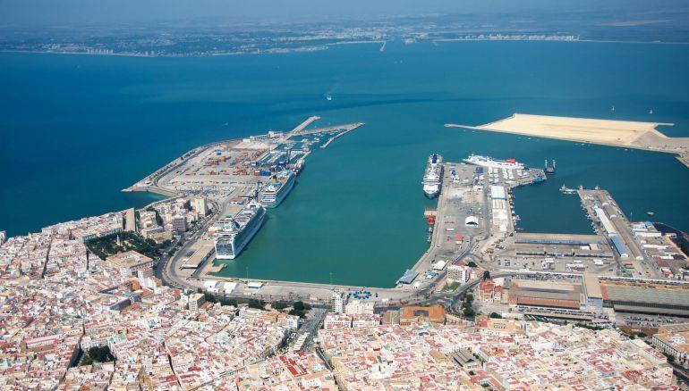 Imagen de la bahía gaditana, con el puerto de Cádiz y su nueva terminal de contenedores en construcción