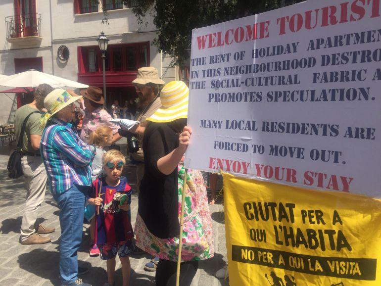 'Ciutat per qui l'habita' reúne a 200 personas en su primera marcha contra la masificación turística