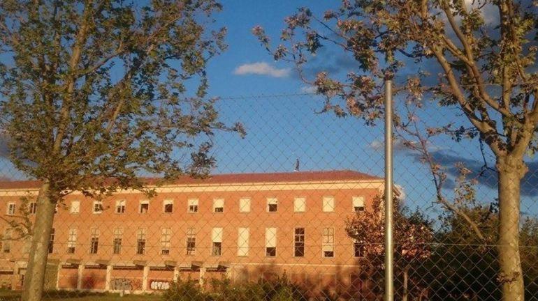 En la imagen se puede ver a una persona andando por el tejado del edificio del Colegio de Huérfanos Ferroviarios de Palencia