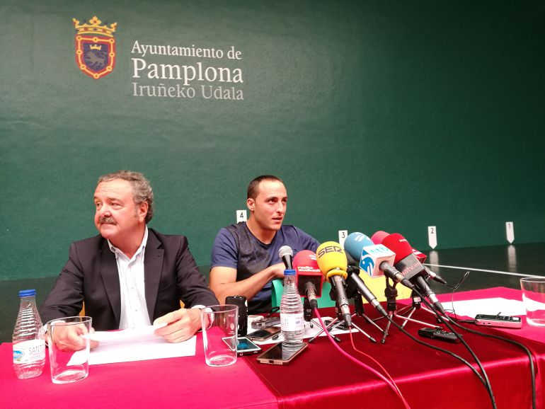 Juan Martínez de Irujo acompañado de Fernando Vidarte en su adiós a la pelota en el frontón Labrit de Pamplona