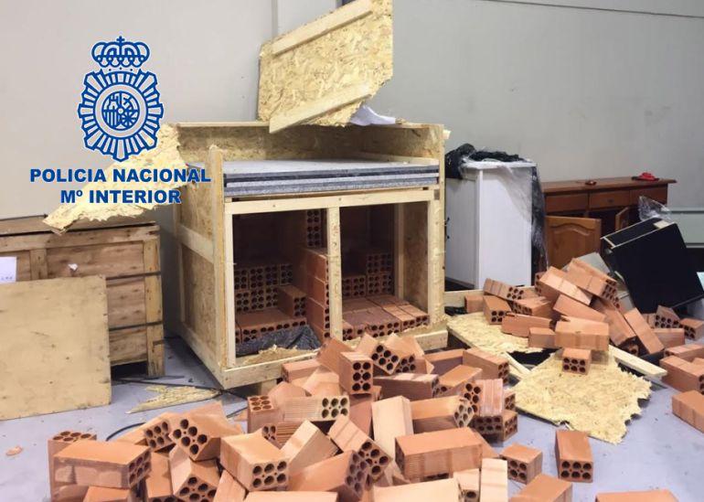 Mobiliario donde los detenidos ocultaban la marihuana para su transporte