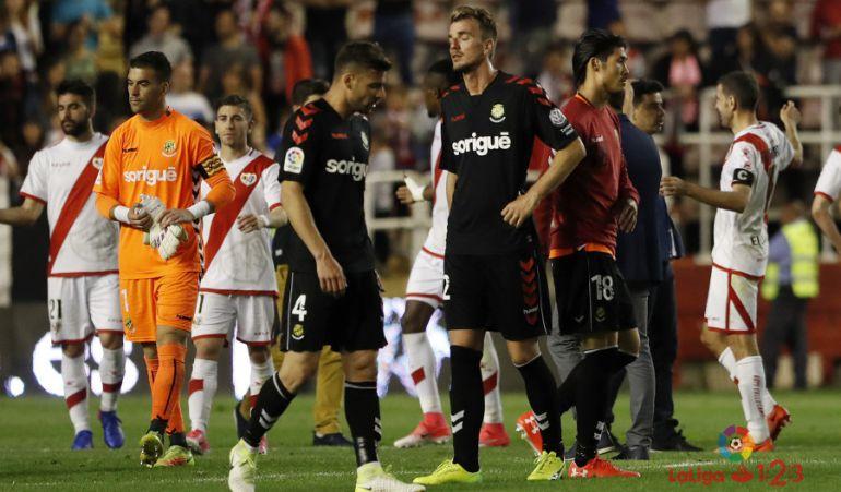Els jugadors del Nàstic decebuts després de perdre contra el Rayo.