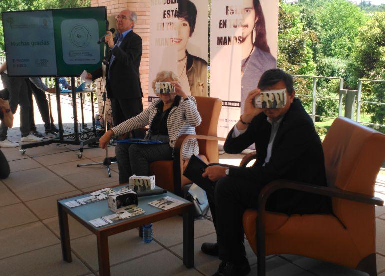 Manuela Carmena y Carlos Andradas, rector de la Complutense, con las gafas de realidad virtual para ver el antes y el después de un botellón.