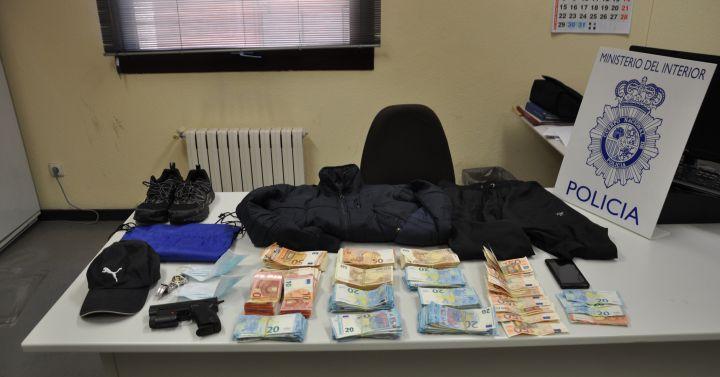 La polic a nacional detiene al presunto autor de los for Oficinas targobank