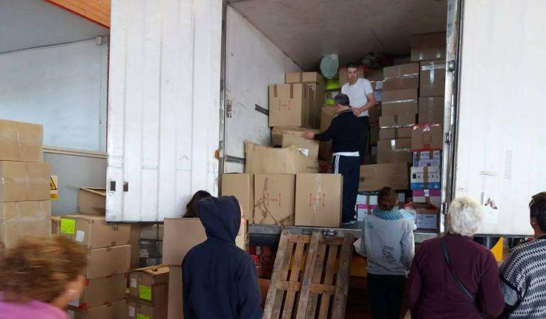 La caravana ha aprovechado el espacio para hacer llegar el mayor número posible de alimentos.