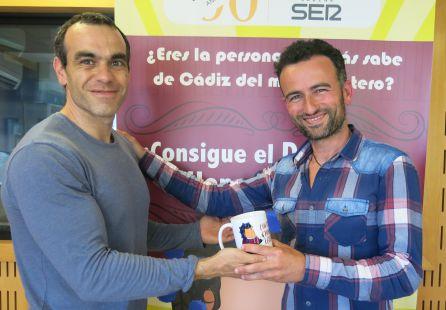 Gabriel Rodríguez entrega la taza del concurso a José Manuel Toscano