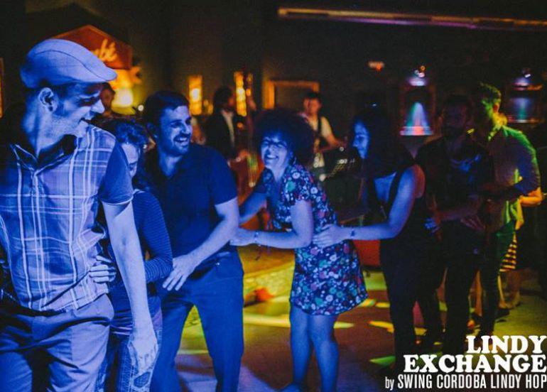 Instantánea de los participantes en un encuentro de lindy hop en Córdoba