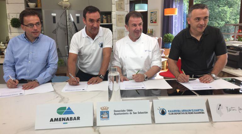 Josema Amantegi (Amenabar), Alberto López (Donostiarra), el cocinero Martín Berasategi y Martín Ibabe (Ayuntamiento de San Sebastián), durante la firma del acuerdo