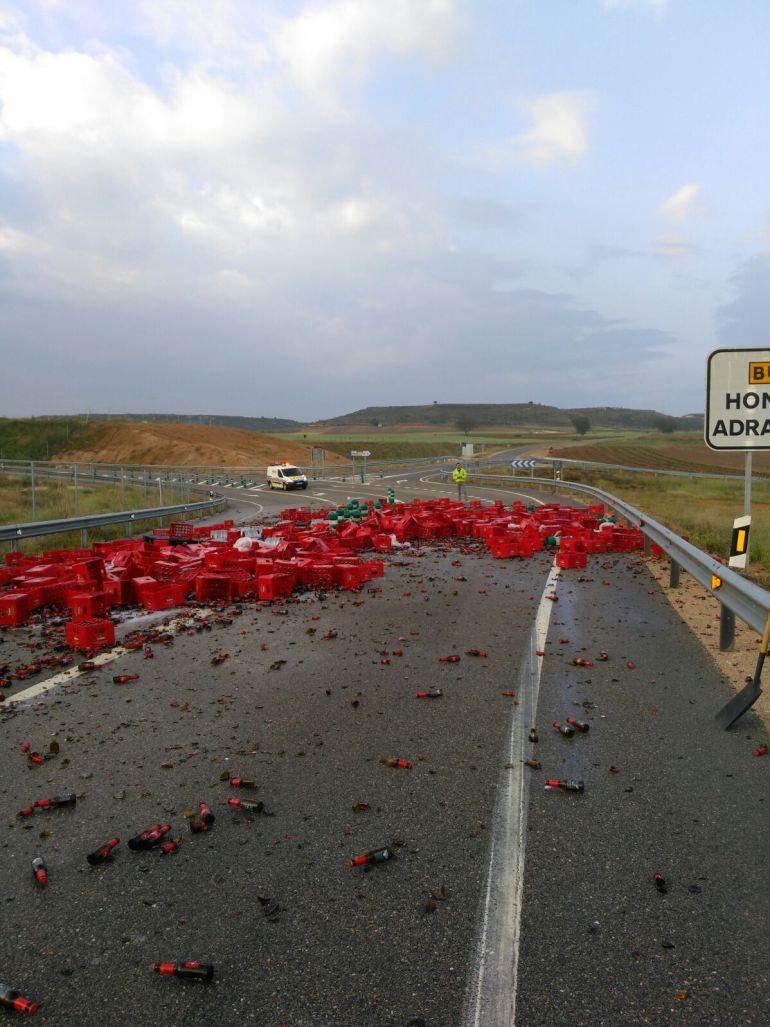 La carga del camión quedó esparcida por la vía