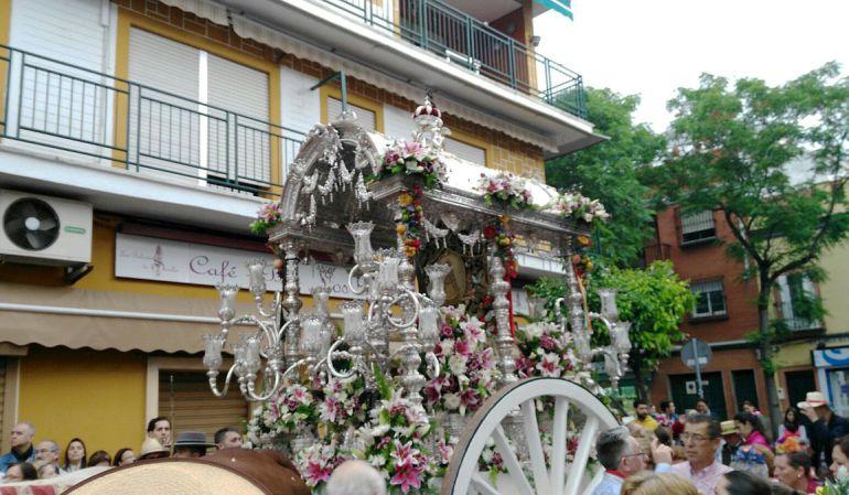 La carreta con el Simpecado del Cerro del Aguila por las calles del barrio en la salida del pasado año