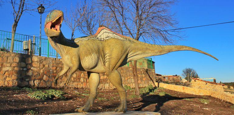 Reproducción de 'Concavenator' instalada en el pueblo de La Cierva (Cuenca), cerca del yacimiento paleontológico donde se localizó su fósil.