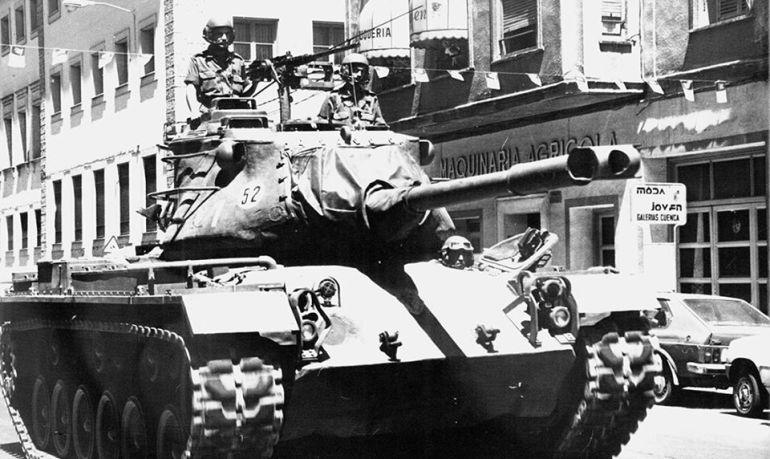 Tanque desfilando por las calles de Cuenca el 31 de mayo de 1986.