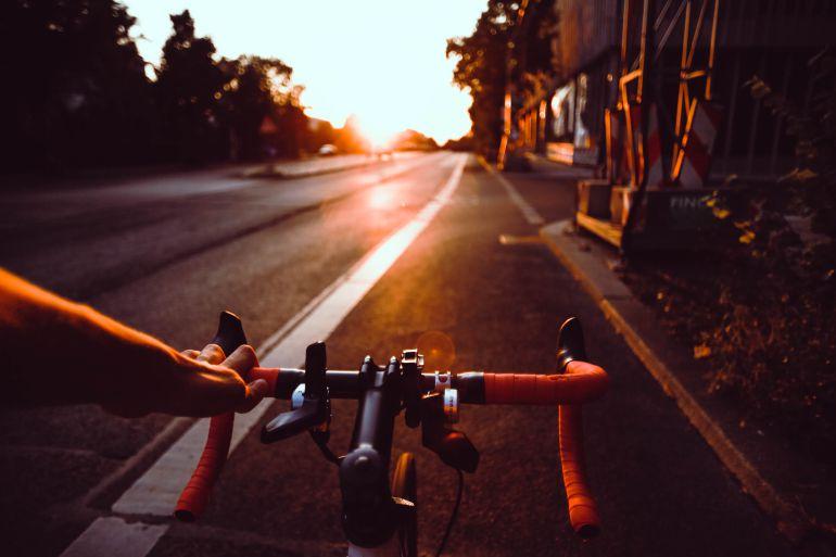 bicicleta circulando por carretera