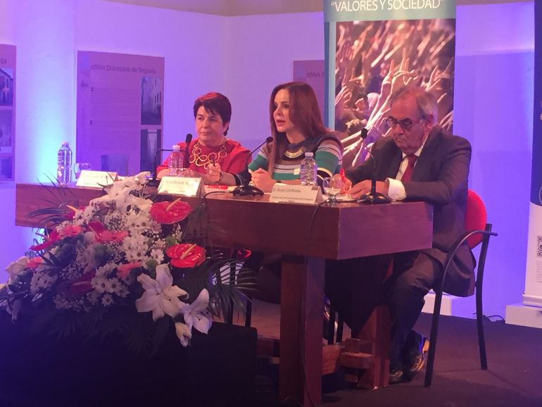 La presidenta de las Cortes defiende un mayor peso de las autonomías en el seno de la Unión Europea.