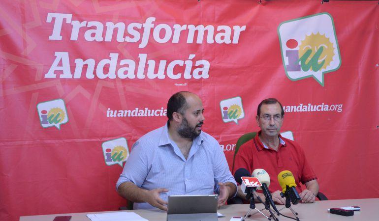 Juan Francisco Cazalilla, portavoz municipal de Izquierda Unida y Juan Antonio Sáez Mata, coordinador local de Izquierda Unida