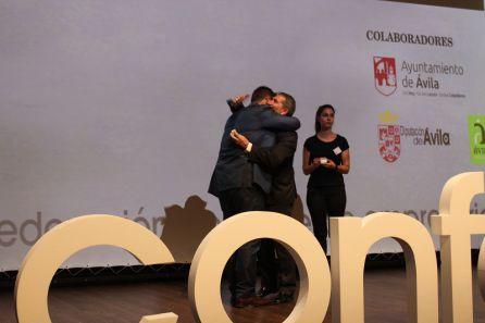 Rodrigo Martín recogió la Insignia de Plata de manos del presidente de CONFAE, Juan Saborido