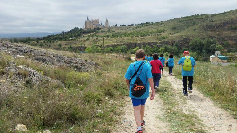 Los participantes han podido disfrutar del entorno del recorrido por el que discurre este paseo solidario de los Hermanos de la Cruz Blanca.
