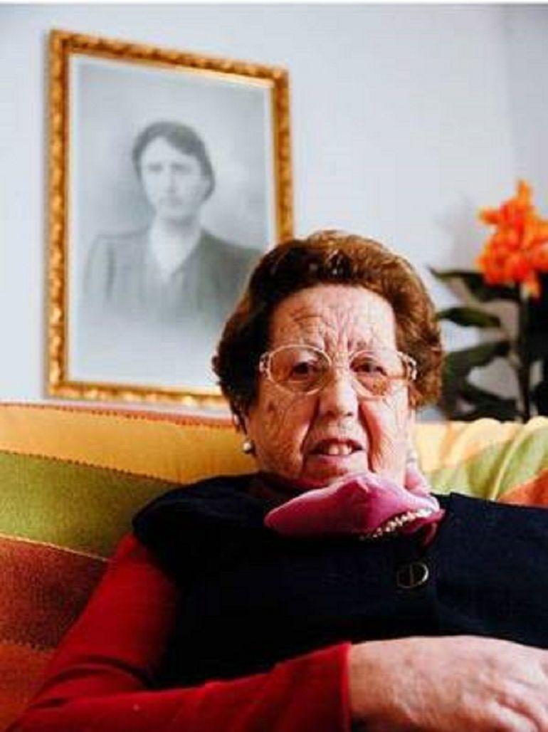 Rocío Borrego, en una foto familiar junto a un retrato de su madre