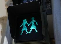 Madrid instala sus primeros semáforos inclusivos, igualitarios y paritarios