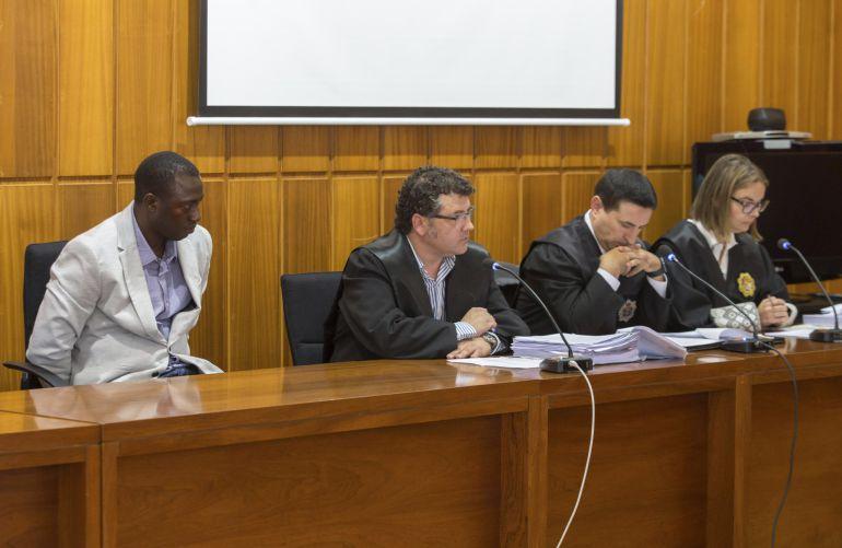 M.D. (i), acusado de matar a su esposa a palos en Beniel (Murcia) en 2015, durante el juicio que se celebra contra él, hoy ante un jurado popular en la Audiencia Provincial de Murcia