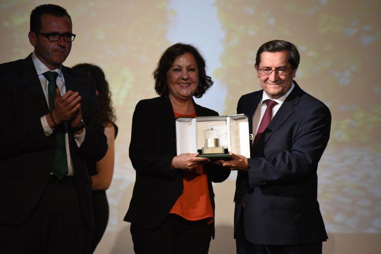 Carmen Linares recibe de José Entrena el Pozo de Plata en presencia del alcalde de Fuentevaqueros.