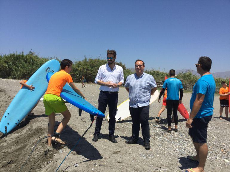 El delegado de empleo, Juan José Martín Arcos, y el concejal de deportes, Manuel Guirado, junto con los alumnos de la empresa de turismo activo 18 Nudos Surf Club de Salobreña