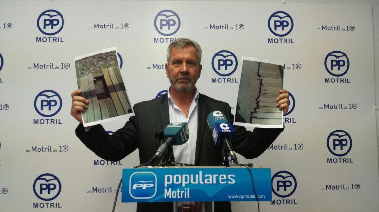 El concejal del PP de Motril, José García fuentes, muestra fotos para denunciar la dejadez en las playas de la costa tropical