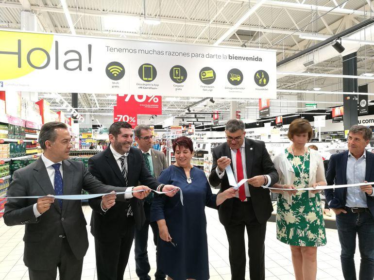 Corte de cinta en la inauguración oficial de Carrefour